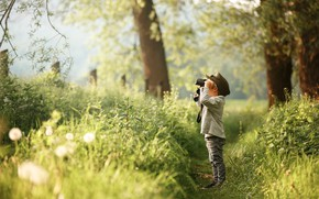 Картинка лес, мальчик, бинокль, тропинка