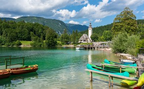 Картинка лес, небо, солнце, облака, деревья, горы, озеро, лодки, церковь, Словения, причалы, Lake Bohinj
