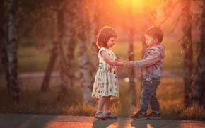 Картинка деревья, цветы, природа, дети, вечер, мальчик, дорожка, девочка, малыши, парочка, букетик, боке, Марианна Смолина