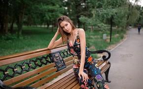 Обои взгляд, деревья, скамейка, поза, парк, модель, портрет, макияж, фигура, прическа, костюм, шатенка, красотка, сидит, боке, ...