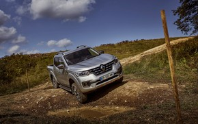 Картинка земля, холм, яма, Renault, пикап, 4x4, 2017, Alaskan, серо-серебристый