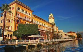 Картинка вода, озеро, пальмы, здание, Италия, набережная, Italy, Ломбардия, Lombardy, Lake Garda, Gardone Riviera, Озеро Гарда, …