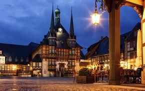 Картинка ночь, город, огни, дом, стиль, часы, здания, Германия, фонарь, кафе, башни, архитектура, столики, Вернигероде