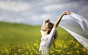Картинка зелень, поле, небо, трава, девушка, солнце, облака, радость, цветы, поза, улыбка, настроение, прическа, шатенка, в ...