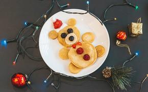 Картинка креатив, праздник, шары, игрушки, новый год, ягода, тарелка, мишка, гирлянда, шишка, оладьи