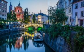 Картинка мост, город, река, лодка, здания, дома, вечер, освещение, фонари, церковь, Словения, Любляна