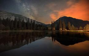 Картинка лес, горы, ночь, озеро, отражение, берег, красота, ели, сумерки, водоем, водная гладь, звездное небо