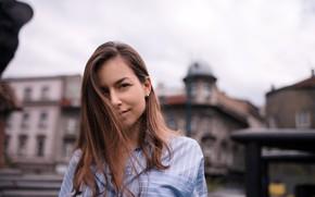 Картинка взгляд, город, фон, модель, здания, портрет, макияж, прическа, рубашка, шатенка, боке, Amina, Yasin Emir Akbaş