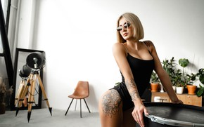 Картинка девушка, поза, тату, очки, блондинка, Алексей Челноков
