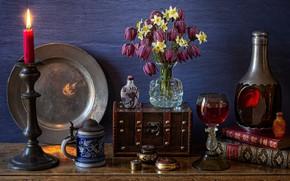 Картинка цветы, бокал, книги, свеча, кружка, ваза, напиток, натюрморт, нарциссы, блюдо, бутыль, сундучок, рябчик