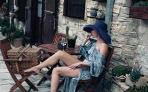 Картинка девушка, поза, улица, корзина, бокал, стулья, шляпа, кактус, платье, плечо, столик, босоножки, David Dubnitskiy