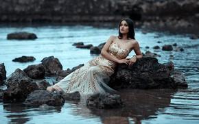 Картинка море, вода, девушка, поза, камни, настроение, платье, Alessandro Di Cicco, Margherita Aresti