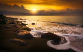Обои песок, море, волны, пляж, небо, пена, солнце, облака, лучи, пейзаж, закат, желтый, тучи, камни, рассвет, ...