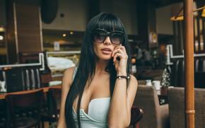 Картинка девушка, рука, брюнетка, очки, длинные волосы, Игорь Рыбка