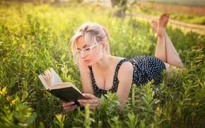 Картинка зелень, солнце, природа, поза, модель, портрет, макияж, платье, очки, прическа, блондинка, лежит, книга, красотка, на …