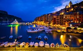 Картинка ночь, город, пролив, гора, дома, яхты, лодки, причал, освещение, фонари, Италия, Портовенере