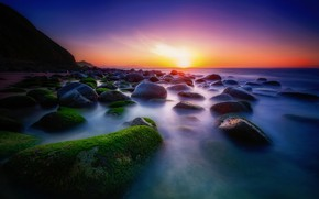 Картинка море, зелень, небо, солнце, свет, закат, синий, яркий, камни, скалы, голубой, берег, мох, вечер, яркие …