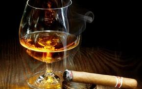 Картинка стол, дым, бокал, алкоголь, сигара, полумрак, пепельница