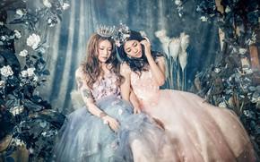 Картинка цветы, девушки, две, корона, платье, азиатки, сидят, принцессы, закрытые глаза