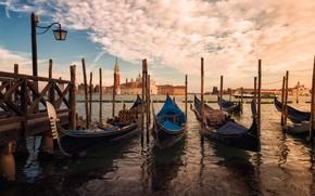 Картинка небо, облака, город, берег, здания, пристань, башня, столб, лодки, причал, Италия, фонарь, Венеция, собор, канал, …