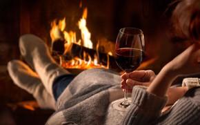 Картинка девушка, тепло, вино, бокал, камин, плед, уютно, носочки