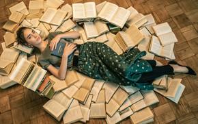 Картинка взгляд, девушка, поза, книги, лежит, на полу, Анна Пагута