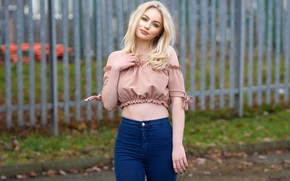 Картинка взгляд, секси, поза, модель, забор, портрет, джинсы, макияж, фигура, прическа, блондинка, блузка, красотка, стоит, боке