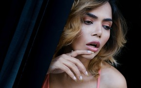 Картинка девушка, лицо, руки, макияж, губы, маникюр