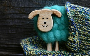 Картинка улыбка, фон, игрушка, доски, позитив, шерсть, мордочка, нитки, зеленая, овечка, деревянная, сувенир, овца, пряжа, вязаная