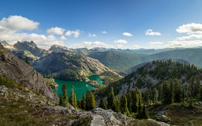 Картинка лес, небо, солнце, облака, деревья, горы, камни, скалы, панорама, США, озёра, Chickamin Mountain