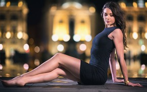 Картинка девушка, огни, вечер, платье, боке, босая, Lois, красивые ножки
