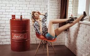 Картинка девушка, поза, шорты, туфли, ножки, бочка, Кока-кола, Иван Ковалёв, Камилла Шуршикова
