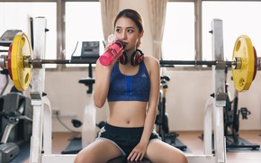 Картинка девушка, лицо, волосы, фигура, фитнес, штанга, спортзал