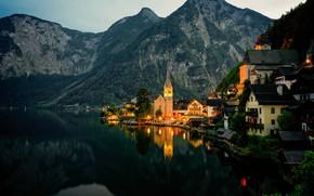 Картинка лес, горы, огни, озеро, берег, дома, вечер, Австрия, Халльштатт