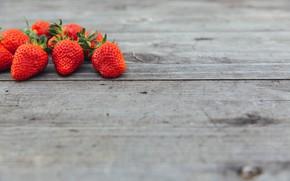 Картинка поверхность, дерево, клубника, ягода, красная, спелая