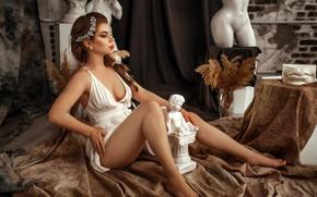 Картинка секси, поза, модель, портрет, макияж, фигура, платье, прическа, шатенка, ножки, сидит, в белом, на полу, …