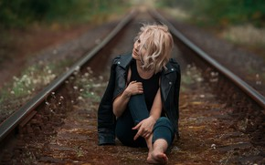 Картинка взгляд, девушка, поза, фото, куртка, железная дорога, Liutauras Paskevicius