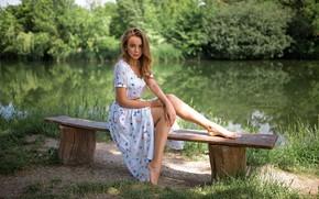 Обои пруд, трава, боке, макияж, красотка, босиком, деревья, ножки, Grigoriy Lifin, шатенка, природа, портрет, поза, модель, ...