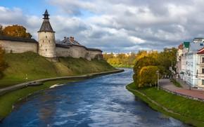 Картинка дорога, осень, небо, облака, деревья, старина, река, замок, улица, берег, здания, башня, дома, даль, холм, …