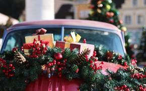 Картинка зима, машина, шарики, ветки, красный, город, ягоды, праздник, капот, плоды, Рождество, подарки, Новый год, ёлка, …