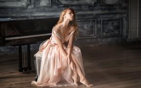 Картинка девушка, поза, босиком, платье, рояль, блондинка, плечи, босая, Анастасия Бармина, Бармина Анастасия