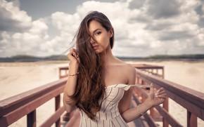 Картинка песок, пляж, девушка, украшения, платье, шатенка, браслеты, плечо, мосток, Dawid Koziołek