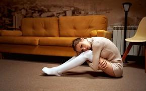 Картинка взгляд, поза, диван, модель, портрет, ковёр, чулки, макияж, фигура, платье, прическа, стул, шатенка, ножки, сидит, …
