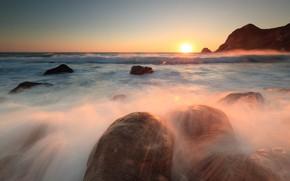 Картинка море, волны, небо, солнце, свет, закат, брызги, блики, камни, скалы, рассвет, горизонт, прибой, валуны