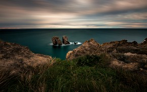 Картинка море, трава, облака, пейзаж, природа, пасмурно, скалы, берег, побережье, горизонт, арка, Испания, врата, каменистый, Кантабрия