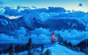 Картинка зима, облака, снег, деревья, пейзаж, горы, природа, село, Альпы, холм, церковь, сумерки, Словения, Ямник