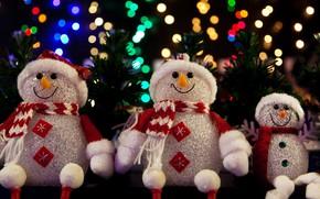 Картинка зима, огни, темный фон, праздник, игрушка, игрушки, Рождество, Новый год, снеговики, снеговик, хвоя, трио, фигурки, …