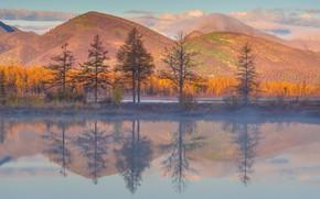 Картинка осень, лес, небо, облака, деревья, горы, озеро, отражение, холмы, берег, желтые, ели, водоем