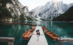 Картинка девушка, горы, природа, озеро, лодки, причал, Италия, Доломиты, Lago di Braies