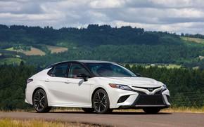 Картинка белый, холмы, Toyota, седан, 2018, Camry, XSE
